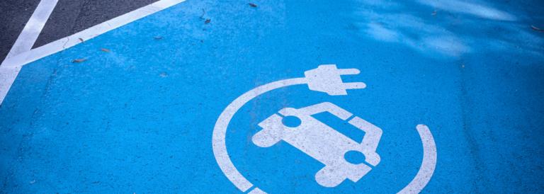 Samochody elektryczne, według prognoz ekspertów, będą tańsze od spalinowych do 2027 roku.